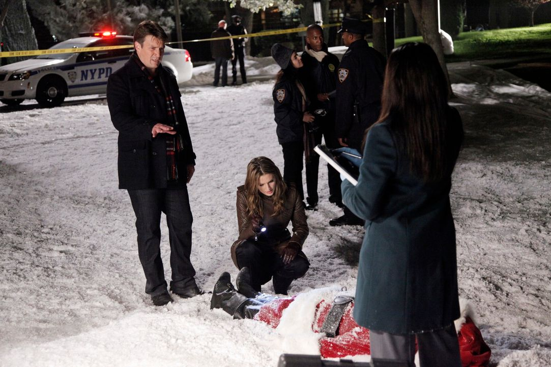 Ein besonders skurriler Fall beschäftigt Richard Castle (Nathan Fillion, l.), Kate Beckett (Stana Katic, M.) und Lanie Parish (Tamala Jones, r.) ... - Bildquelle: 2012 American Broadcasting Companies, Inc. All rights reserved.