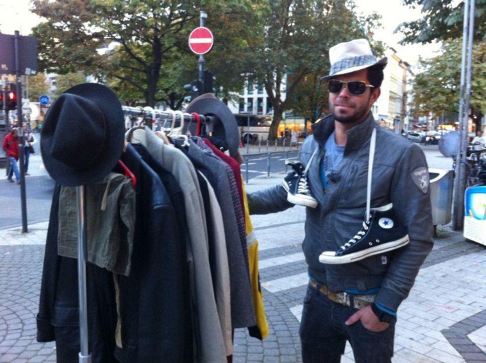"""Den ganzen Schrank voller Klamotten und doch nichts zum Anziehen? Grund genug, mal ordentlich auszumisten. """"Cash for Trash""""-Reporter Carsten macht s... - Bildquelle: kabel eins"""
