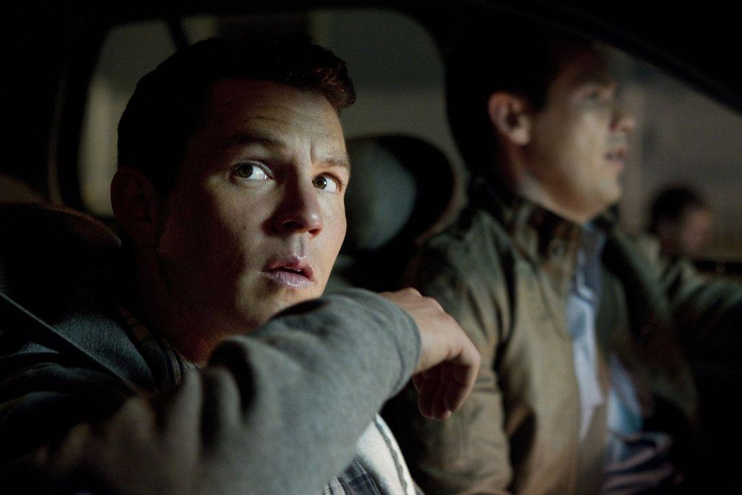 Nate Moretta (Kevin Alejandro, l.) und Sammy Bryant (Shawn Hatosy, r.) sind auf Patrouille. Sammy eröffnet Nate, dass er ein Zimmer im Haus von Sal... - Bildquelle: Warner Brothers
