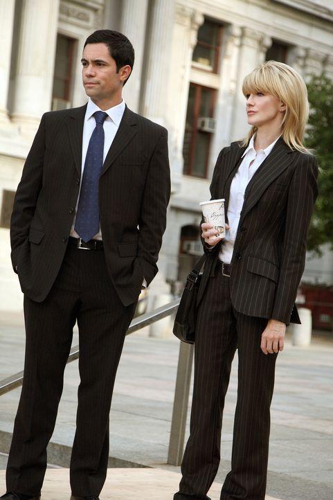 Scott (Danny Pino, l.) und Lilly (Kathryn Morris, r.) versuchen, einen neuen Fall zu lösen ... - Bildquelle: Warner Bros. Television
