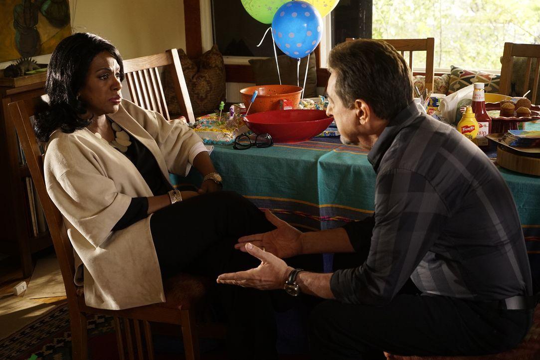 Jahrelang hat Rossis (Joe Mantegna, r.) Exfrau Hayden (Sheryl Lee Ralph, l.) ihm verschwiegen, dass er eine Tochter hat. Als die beiden sich endlich... - Bildquelle: Robert Voets 2016 American Broadcasting Companies, Inc. All rights reserved. / Robert Voets