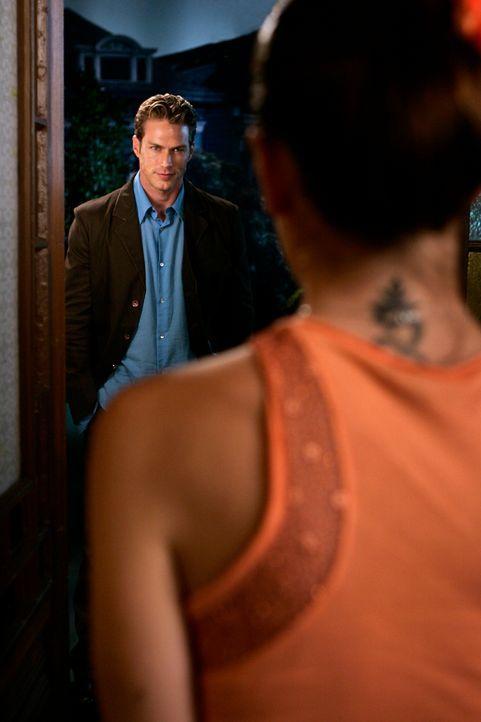 Wen liebt Dex (Jason Lewis, l.) wirklich - Phoebe (Alyssa Milano, r.) oder ihr neues Ich? - Bildquelle: Paramount Pictures