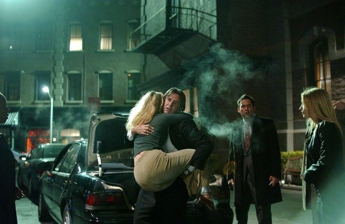 Samantha Spade (Poppy Montgomery, r.), Danny Taylor (Enrique Murciano, 2.v.r.) und Jack Malone (Anthony LaPaglia, M.) sind erleichtert, dass sie Dor... - Bildquelle: Warner Bros. Entertainment Inc.