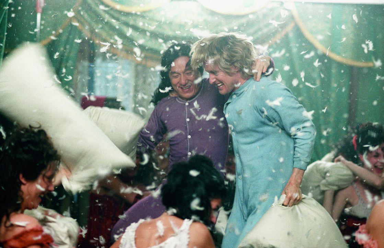 Wagen sich gemeinsam in die alte Welt: Wang (Jackie Chan, l.) und Roy (Owen Wilson, r.) ... - Bildquelle: 2002 Touchstone Pictures and Spyglass Entertainment Group, L.P.