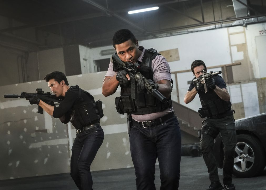 (v.l.n.r.) Adam Noshimuri (Ian Anthony Dale); Junior Reigns (Beulah Koale); Steve McGarrett (Alex O'Loughlin) - Bildquelle: Karen Neal 2019 CBS Broadcasting, Inc. All Rights Reserved. / Karen Neal