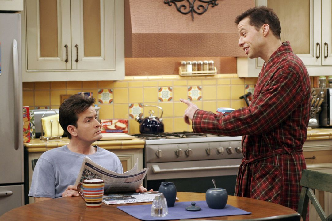 Als Judith zu einer Verabredung geht, wird Alan (Jon Cryer, r.) nervös und bittet Charlie (Charlie Sheen, l.), ihm ebenfalls ein Date zu verschaffe... - Bildquelle: Warner Brothers Entertainment Inc.