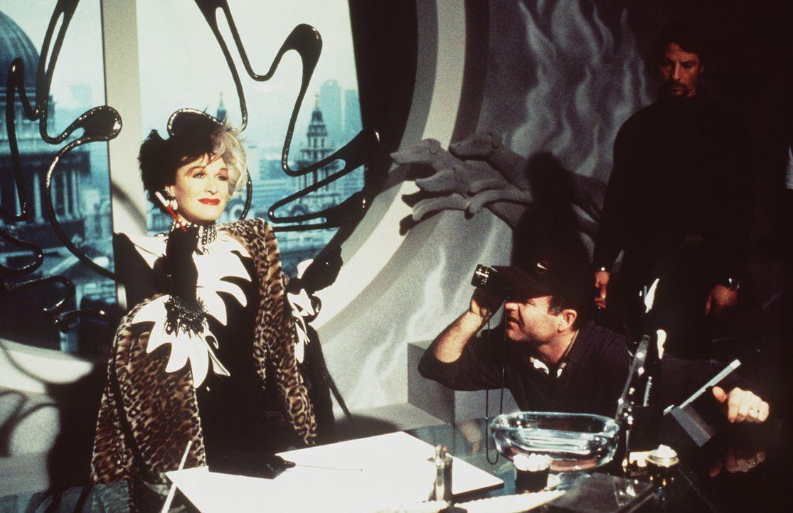 Extravaganz und Luxus sind das Markenzeichen der Mode-Designerin Cruella DeVil (Glenn Close, l.) ... - Bildquelle: Buena Vista Pictures
