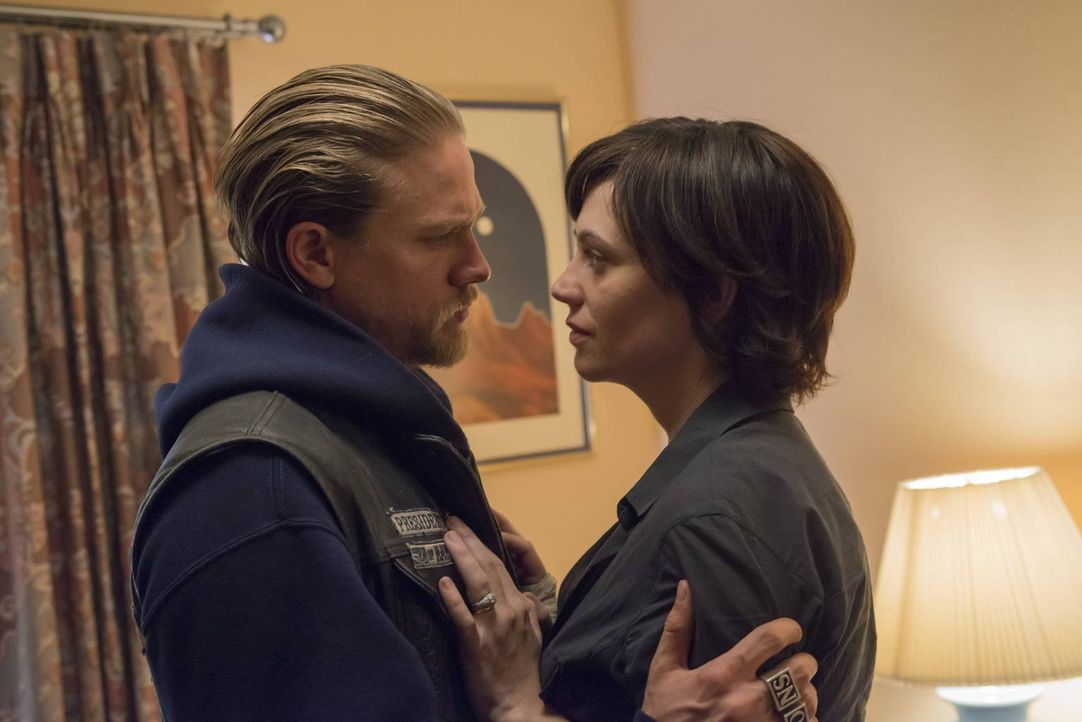 Obwohl Tara (Maggie Siff, r.) Jax (Charlie Hunnam, l.) eine Fehlgeburt vorgespielt hat und mit den gemeinsamen Söhnen Charming verlassen wollte, ist... - Bildquelle: 2013 Twentieth Century Fox Film Corporation and Bluebush Productions, LLC. All rights reserved.