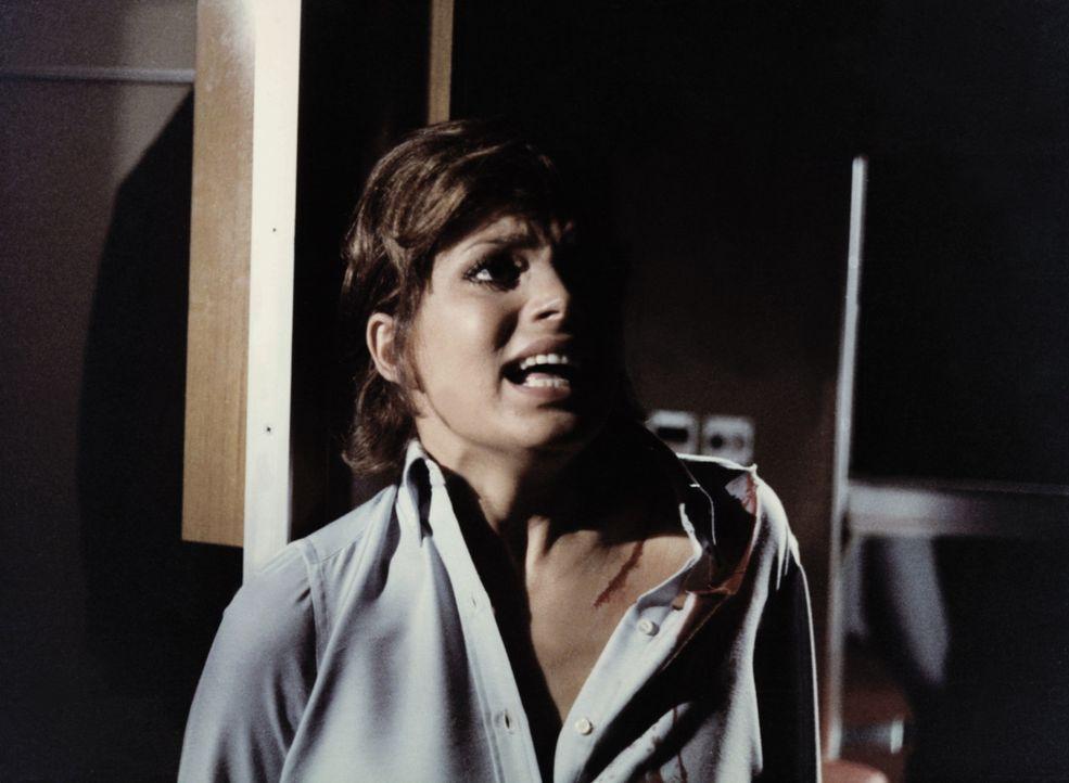 Giulia (Uschi Glas) wird von einem Unbekannten überfallen ... - Bildquelle: Constantin Film