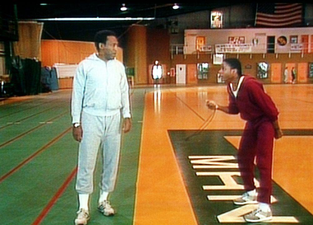 Theo (Malcolm-Jamal Warner, r.) trainiert seinen Vater Cliff (Bill Cosby, l.) für den großen Wettlauf in Cliffs alter Universität. - Bildquelle: Viacom