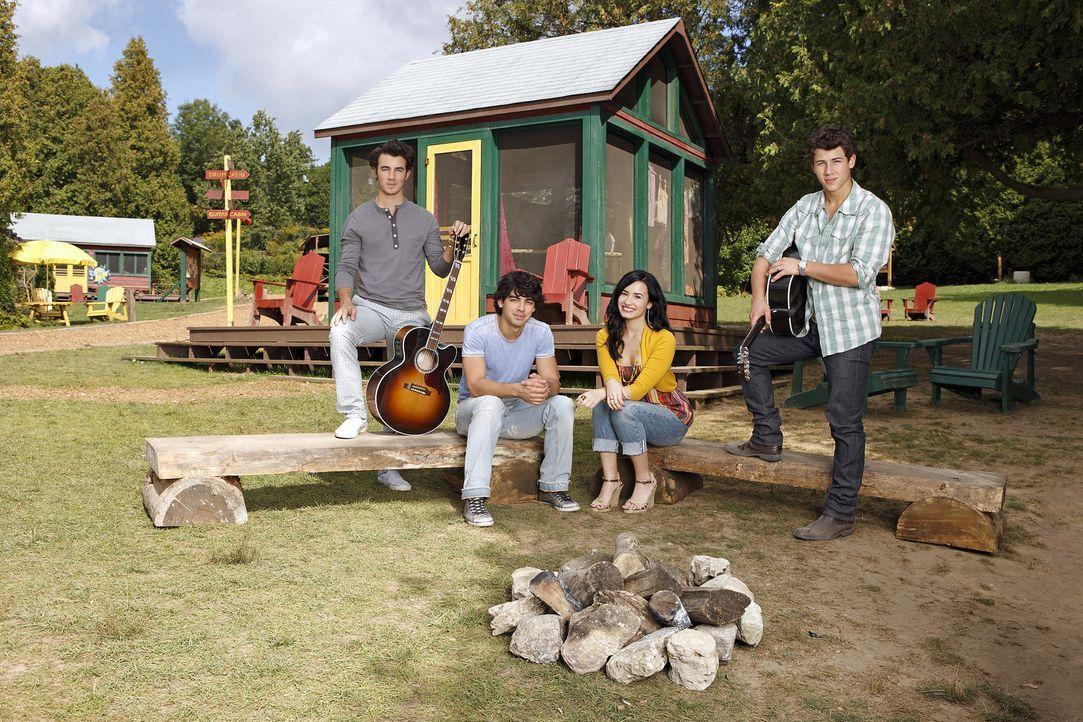 """Der Sommer ist da und """"Camp Rock"""" öffnet wieder seine Pforten. Erneut wollen (v.l.n.r.) Jason (Kevin Jonas), Shane (Joe Jonas), Mitchie (Demi Lovat... - Bildquelle: Disney"""