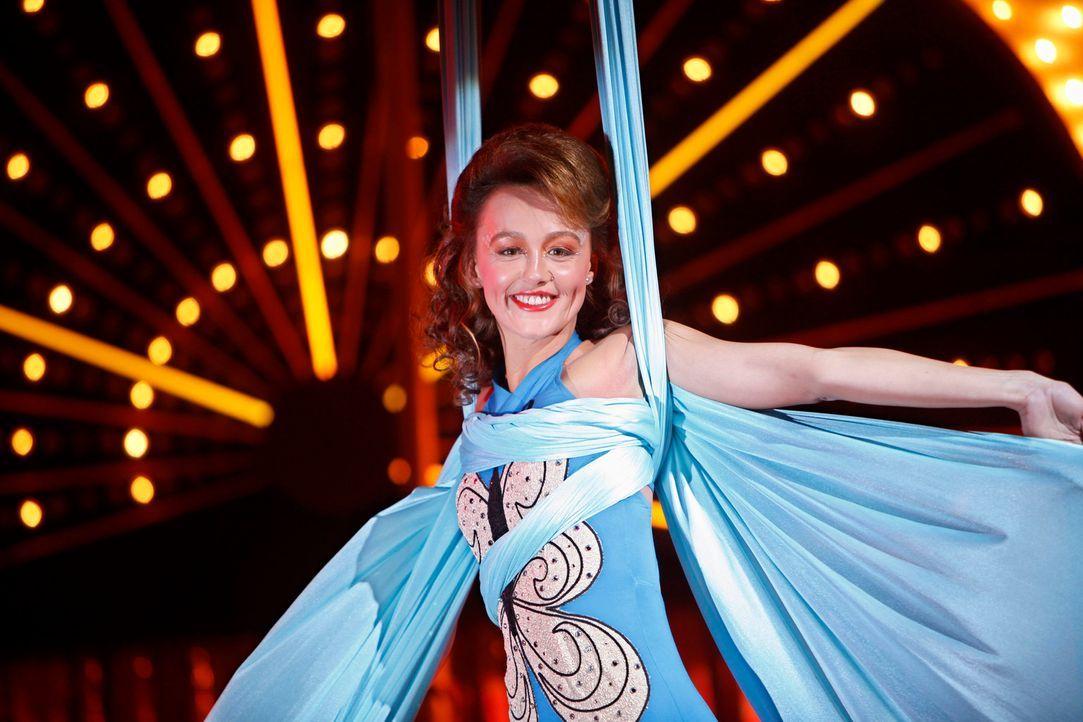 Rückblende: Die Akrobatin Mia Romanov (Sharni Vinson) ist der Star in der Manege. - Bildquelle: Warner Bros. Television