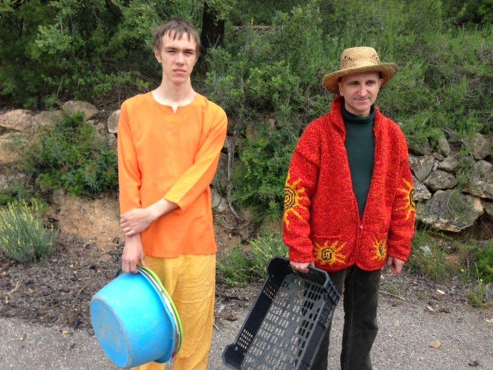 Jessica und Marven (l.) erleben, dass das Leben in einer Hippie-Kommune nicht idyllisch und entspannt ist: Im spanischen Gebirge bei Francis (r.) un... - Bildquelle: SAT.1