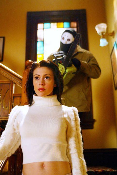 Kann sich Phoebe (Alyssa Milano) vor der Kettensäge retten? - Bildquelle: Paramount International Television