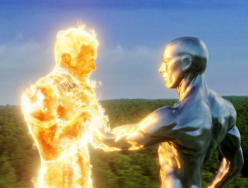 """Ein Kampf, der nicht ohne Folgen bleibt: Als der """"Silver Surfer"""" (Doug Jones, r.) Johnny (Chris Evans, l.) berührt, verändert sich dessen DNA ... - Bildquelle: Twentieth Century Fox"""