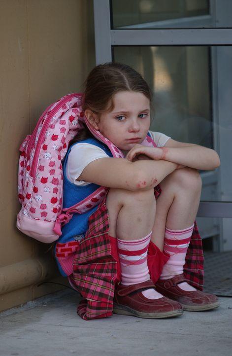 Nachdem Sandy (Abigail Breslin) befreit wurde, hilft sie den Ermittlern bei der Suche nach dem Täter, der noch immer ihre Mutter gefangen hält ... - Bildquelle: CBS Television