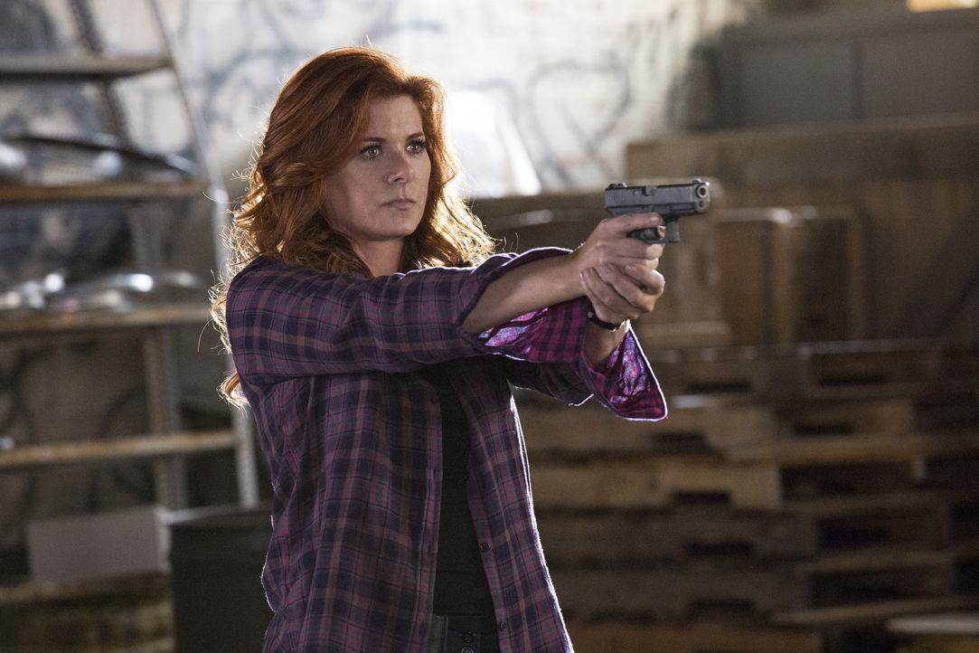 Laura (Debra Messing) wird mit ihrem alten Captain konfrontiert, der eigentlich in einem Hochsicherheitsgefängnis sitzen sollte ... - Bildquelle: 2015 Warner Bros. Entertainment, Inc.