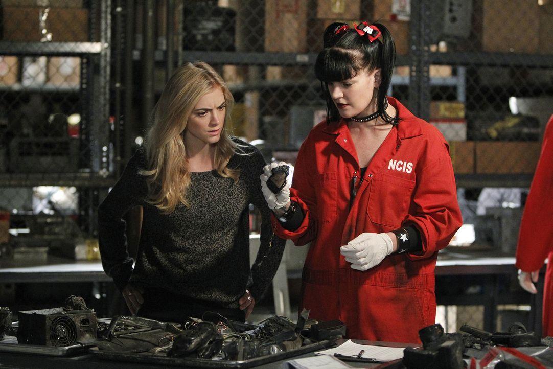Ein gefundenes Beweismittel führt Ellie (Emily Wickersham, l.) auf die Spur des schwer greifbaren Terroristen Parsa. Abby Sciuto (Pauley Perrette, r... - Bildquelle: CBS Television