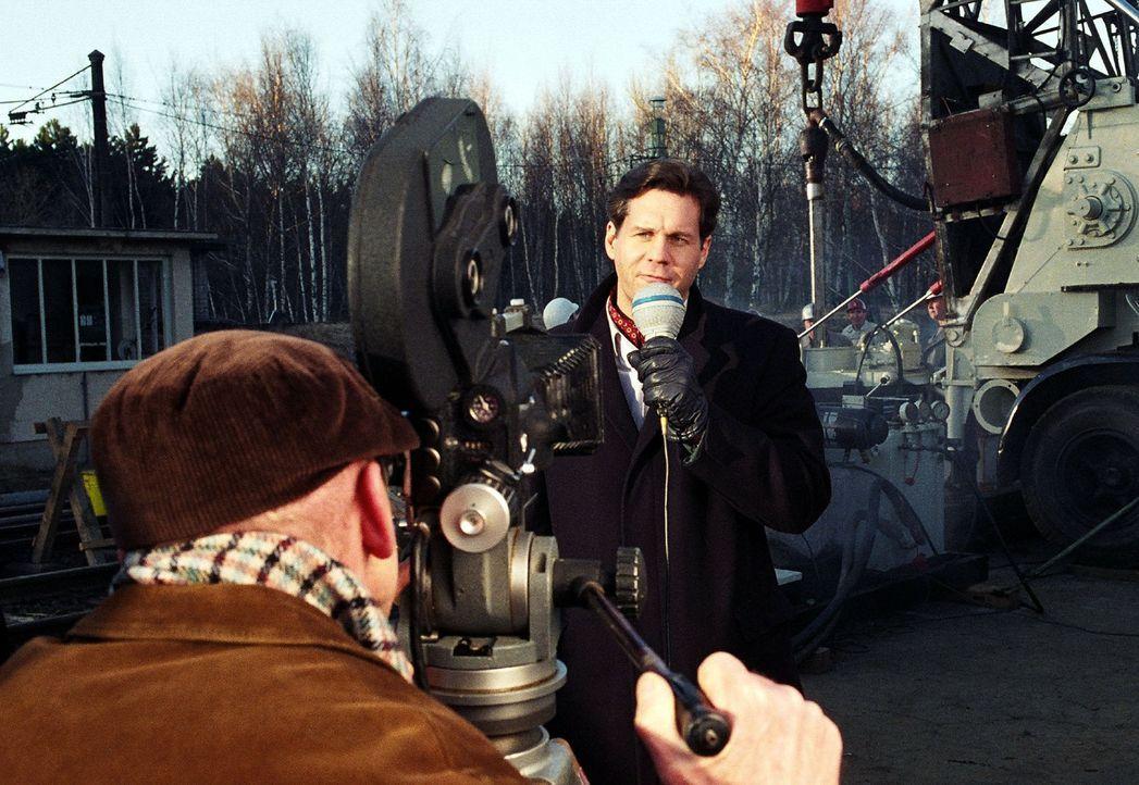 Rudolf Schönfeld (Thomas Heinze) berichtet live von der Unglücksstelle. - Bildquelle: Gordon Mühle Sat.1