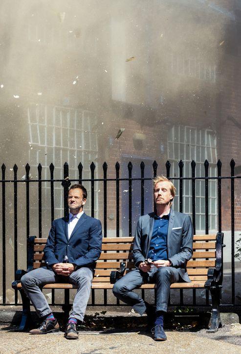 Ein Zusammentreffen der besonderen Art: Sherlock (Jonny Lee Miller, l.) und Mycroft Holmes (Rhys Ifans, r.) ... - Bildquelle: CBS Television