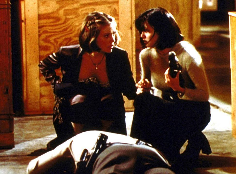 Phoebe (Alyssa Milano, l.) traut ihren Augen nicht. Es sieht so aus, als ob Prue (Shannen Doherty, r.) einen Wachmann ermordet hätte ... - Bildquelle: Paramount Pictures