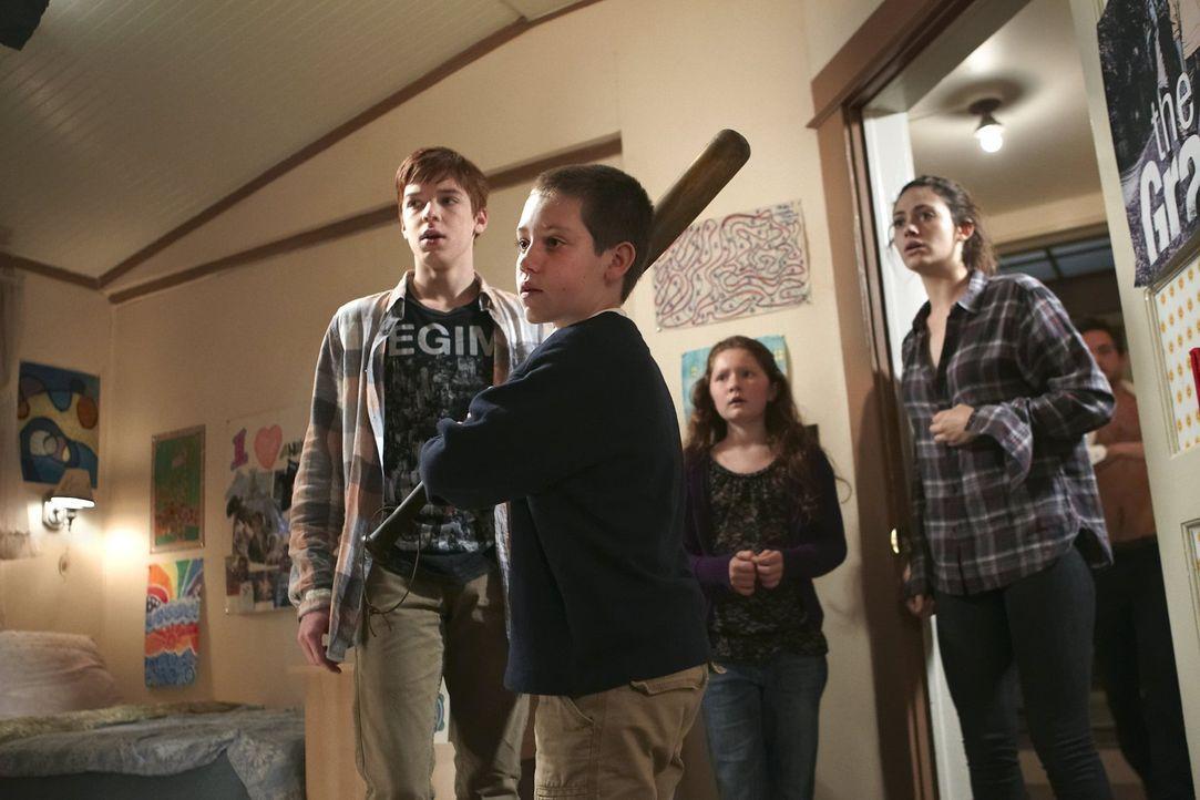 Carls (Ethan Cutkosky, 2.v.l.) Schattenseiten haben für Ian (Cameron Monaghan, l.), Debbie (Emma Kenney, 2.v.r.) und Fiona (Emmy Rossum, r.) auch et... - Bildquelle: 2010 Warner Brothers