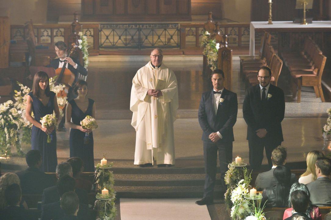 Die Hochzeitsgesellschaft erwartet gespannt die Braut: (v.l.n.r.) Tess (Nina Lisandrello), Heather (Nicole Gale Anderson), der Pfarrer (Derek McGrat... - Bildquelle: Ben Mark Holzberg 2015 The CW Network, LLC. All rights reserved.