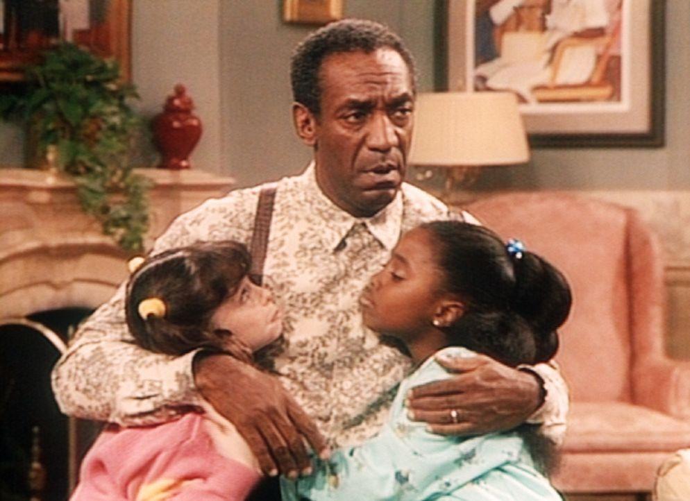 Rudy (Keshia Knight Pulliam, r.) und Carolyn (Grace Johnston, l.) wissen, wie sie Cliff (Bill Cosby, M.) rumkriegen: Hamster Darren darf über Nacht... - Bildquelle: Viacom