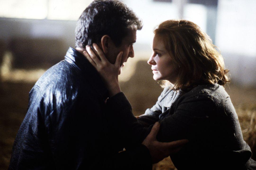 Zunächst gelingt es Dr. Jonas Alice (Julia Roberts, r.) einzureden, dass Fletcher (Mel Gibson, l.) ihren Vater ermordet habe. Doch schon bald kann F... - Bildquelle: Warner Bros. Pictures