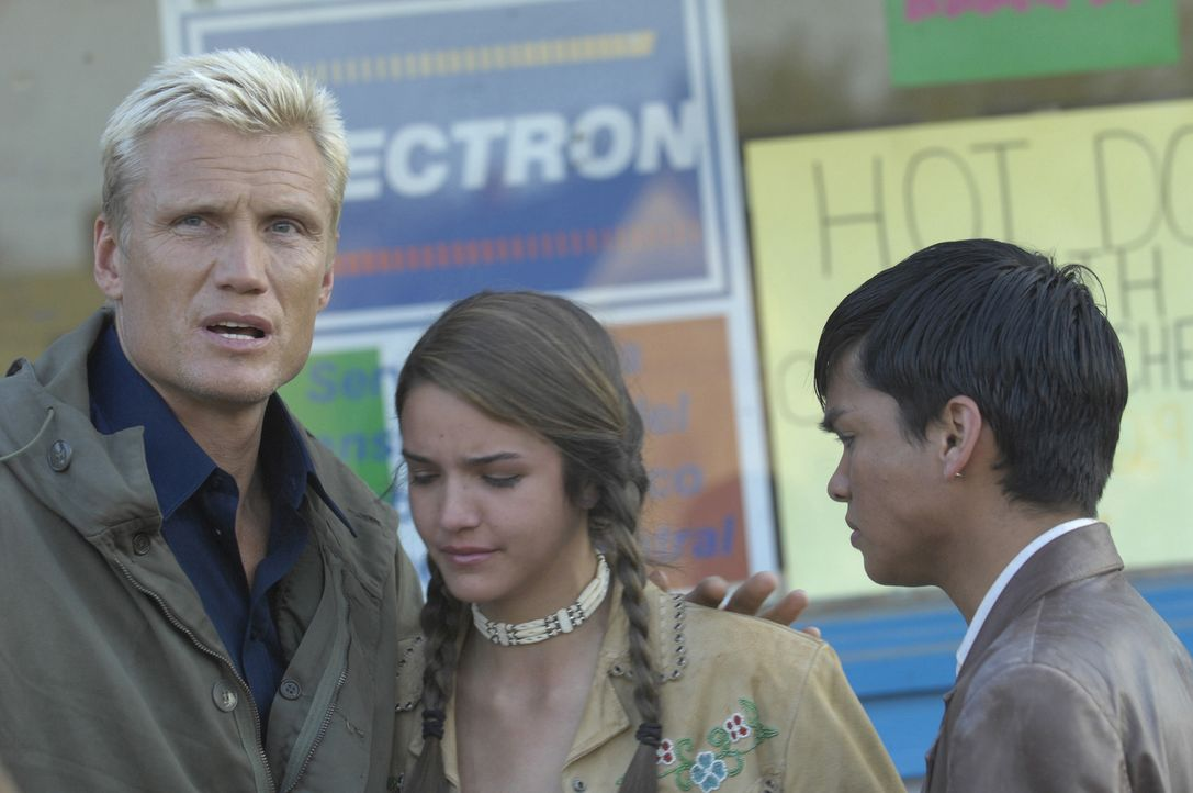 Er will eine Rechnung begleichen und die Kinder kämpfen für ihre Freiheit: der Biker Ryder (Dolph Lundgren, l.) und zwei Kinder eines kleinen Indian... - Bildquelle: 2008 CPT Holdings, Inc. All Rights Reserved. (Sony Pictures Television International)