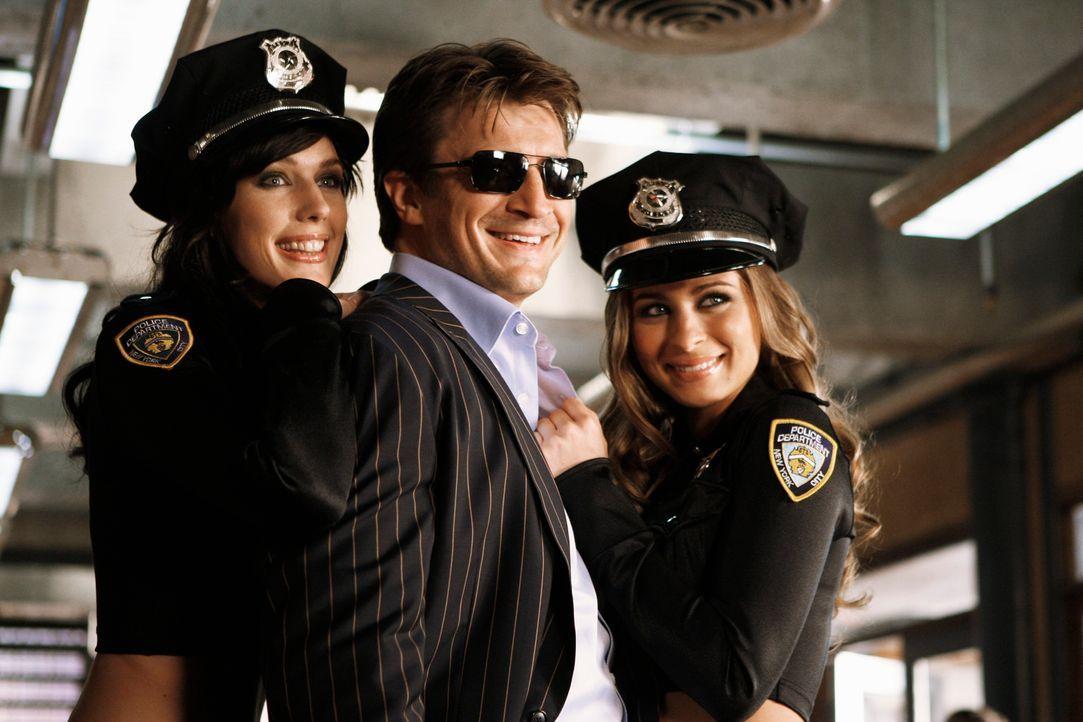Wie so oft liegen dem Schriftsteller Richard Castle (Nathan Fillion, M.) die Frauen zu Füßen ... - Bildquelle: ABC Studios