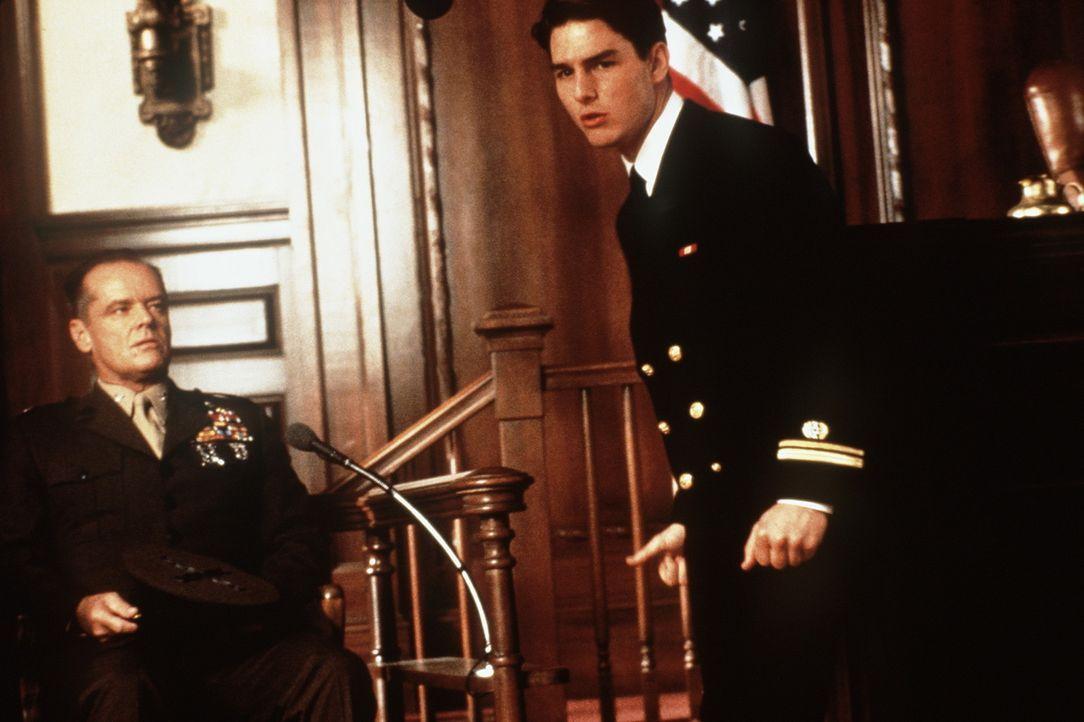 Als Lt. Kaffee (Tom Cruise, r.) entdeckt, dass die Verantwortlichen ganz oben in der Militärhierarchie zu suchen sind, setzt er sogar seine Karrier... - Bildquelle: Columbia Pictures