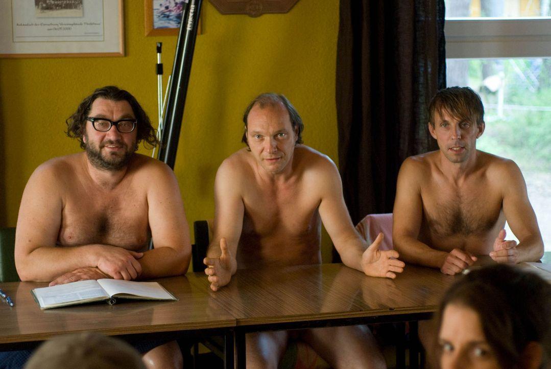 Verzweifelt sucht der Vorstand des Nudistencamps, Helmut (Martin Brambach, M.), Socke (Gotthard Lange, r.) und Uwe (Heiko Pinkowski, l.), nach einer... - Bildquelle: Gordon Mühle Sat.1