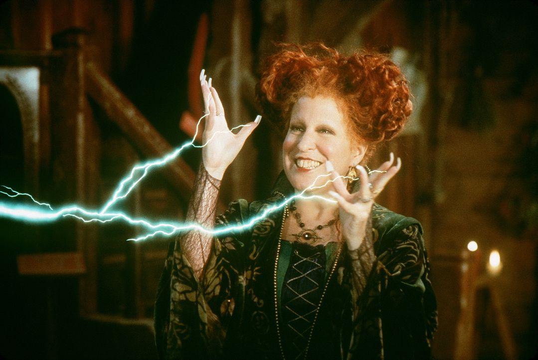 Mit Feuereifer bei der Sache: Hexe Winifred (Bette Midler) lässt es gerne krachen und blitzen ... - Bildquelle: The Walt Disney Company