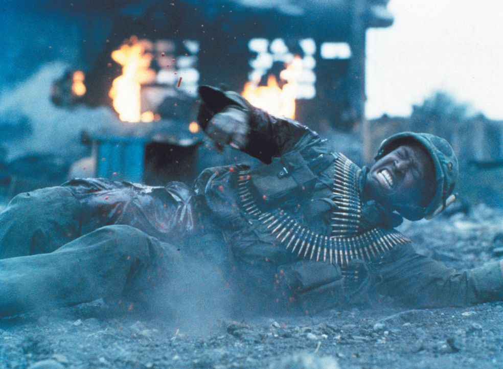 Unter dem Feuer des Vietcong stirbt ein Soldat nach dem anderen seinen einsamen, dreckigen, sinnlosen Tod ... - Bildquelle: Warner Bros.