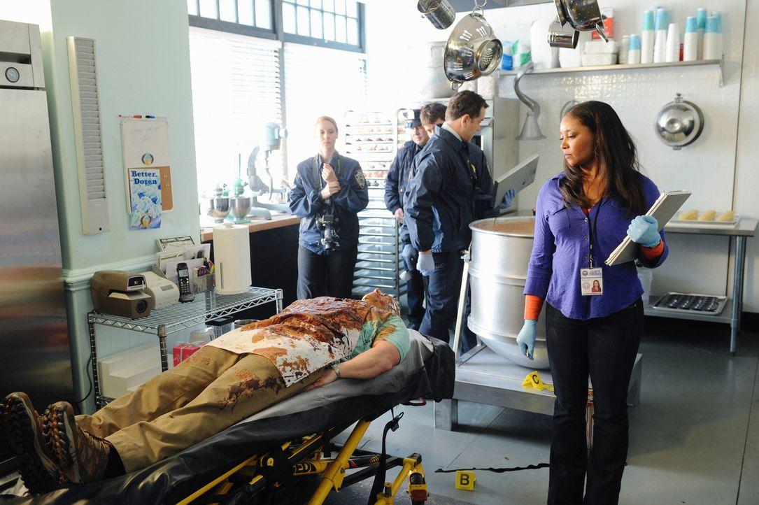 Die Leiche des Cupcake-Bäckers Jimmy wird in einer Teigrührmaschine hängend gefunden. Die Todesursache findet Lanie (Tamala Jones, r.) schnell herau... - Bildquelle: ABC Studios