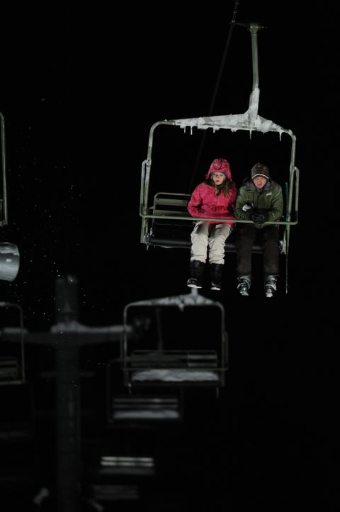 Müssen mitansehen, wie ihr Freund Dan von Wölfen getötet wird: Joe (Shawn Ashmore, r.) und Parker (Emma Bell, l.) ... - Bildquelle: Fred Hayes Frostbite Features, Inc.