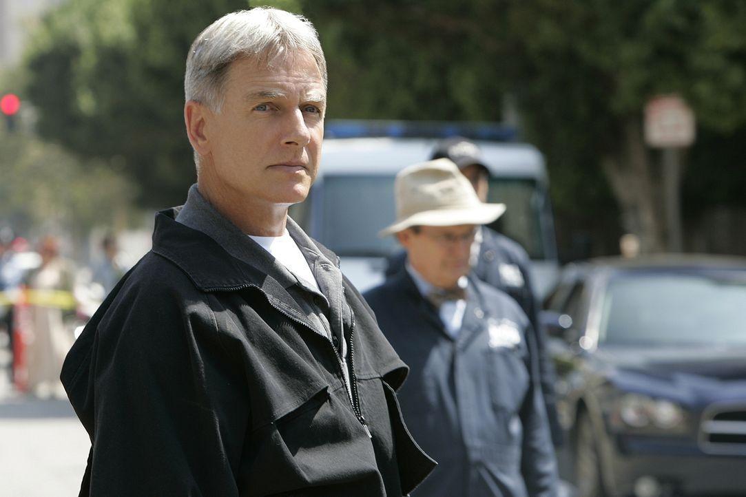 Tonys Leben ist in Gefahr, denn jemand hat eine Bombe unter seinem Auto platziert. Gibbs (Mark Harmon) und der Rest des Teams können nur hilflos zus... - Bildquelle: CBS Television