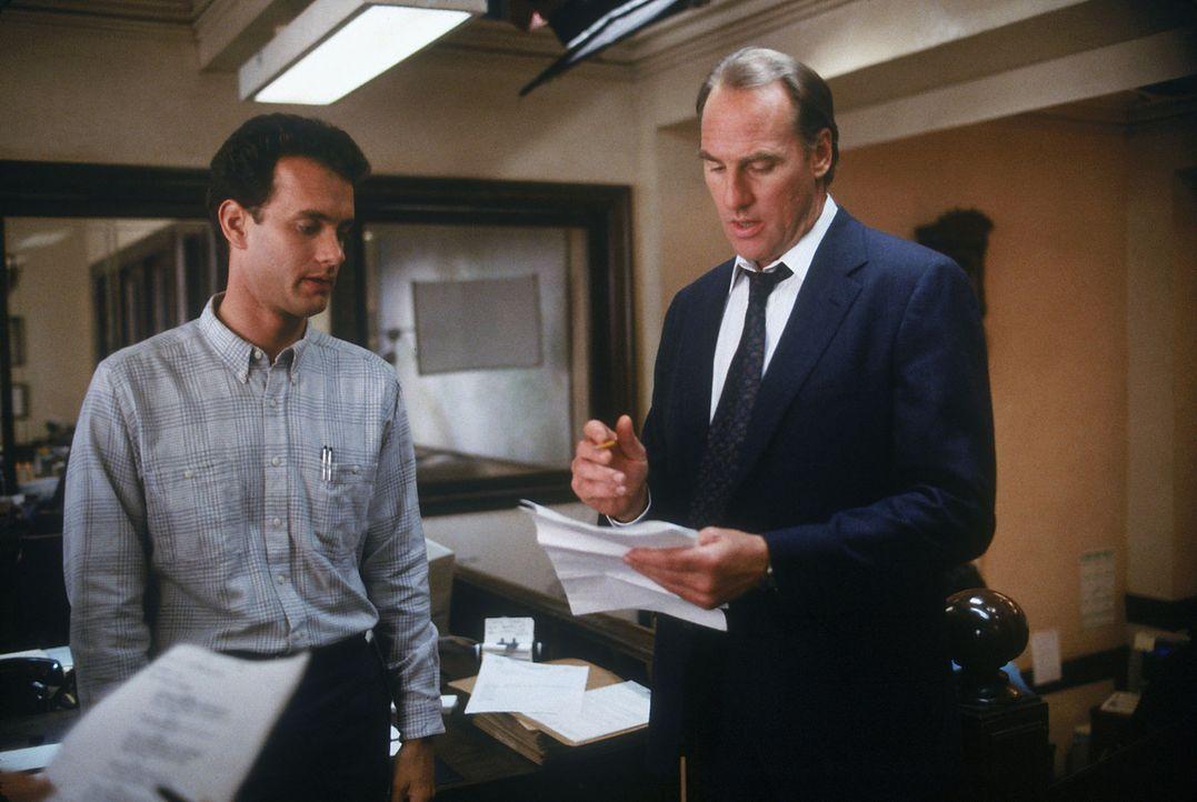Wieder einmal hat Polizist Scott Turner (Tom Hanks, l.) Ärger mit seinem Chef, dem gestrengen Chief Hyde (Craig T. Nelson, r.) ... - Bildquelle: Touchstone Pictures