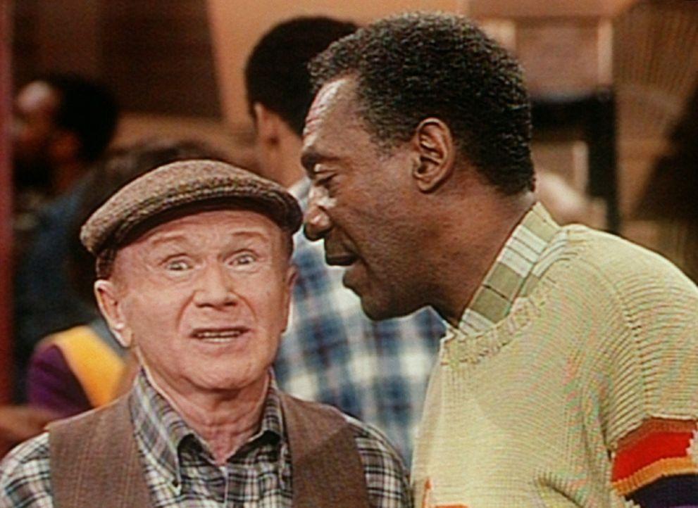 Cliff (Bill Cosby, r.) möchte Jake (Red Buttons, l.) einen elektrischen Bandschleifer abkaufen, doch Clair hat Jake verboten, ihrem Mann irgendetwa... - Bildquelle: Viacom
