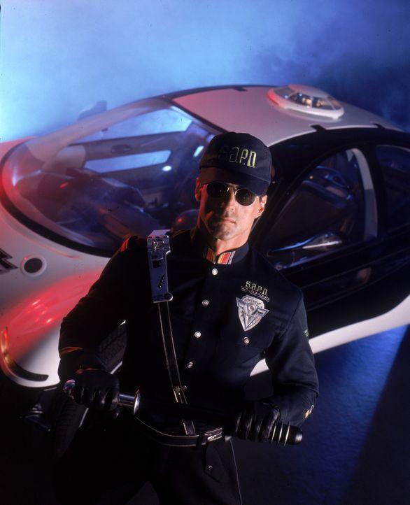 Der Polizist John Spartan (Sylvester Stallone), der 1996 eingefroren wurde, weil er die Dienstvorschriften nicht so genau nahm, soll nun im Jahr 202... - Bildquelle: Warner Brothers International Television Distribution Inc.