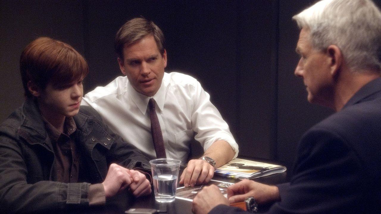 Gibbs (Mark Harmon, r.) und Tony (Michael Weatherly, M.) untersuchen einen zwei Wochen alten Mordfall, bei dem der pensionierte Marine Yale Peyton i... - Bildquelle: CBS Television