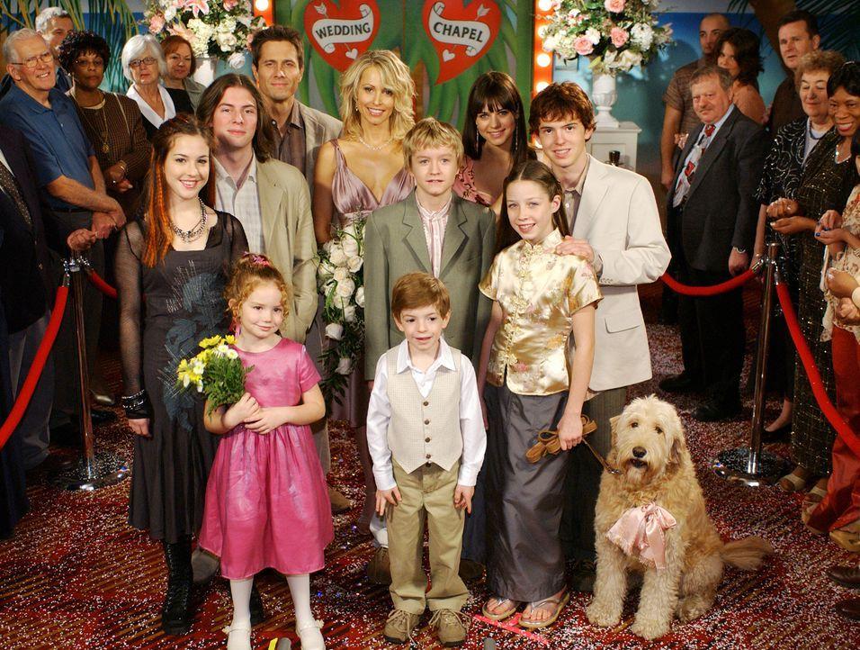 Carrie (Josie Bissett, hinten 2.v.l.) und Jim (Rob Estes, hinten l.) entscheiden spontan zu heiraten. Vielleicht hätten sie vorher ihren Kindern vo... - Bildquelle: ABC FAMILY