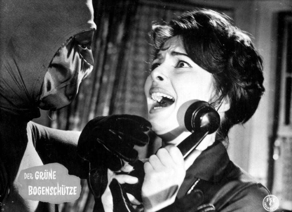 """Valerie (Karin Dor) kann es nicht fassen - plötzlich steht der geheimnisvolle """"Grüne Bogenschütze"""" vor ihr ... - Bildquelle: Constantin Film"""