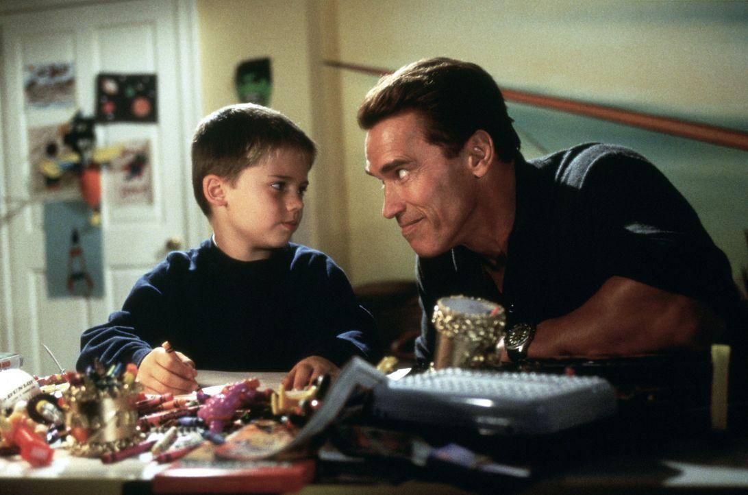Howard Langston (Arnold Schwarzenegger, r.) verspricht seinem Sohn Jamie (Jake Lloyd, l.), ihm ein begehrtes Weihnachtsgeschenk zu besorgen ... - Bildquelle: 1996 Twentieth Century Fox Film Corporation. All rights reserved.