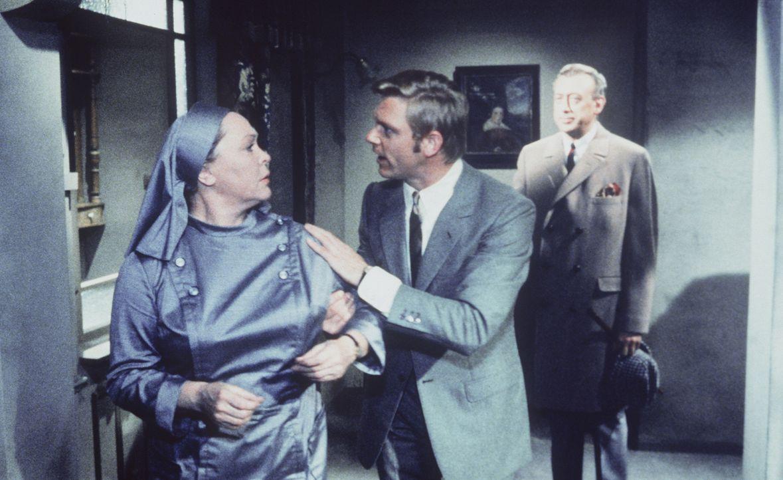 Geschickt lenkt Sergeant Pepper (Uwe Friedrichsen, M.) Schwester Elisabeth (Hilde Sessak, l.) mit Komplimenten über das gut geführte Haus ab, damit... - Bildquelle: Constantin Film