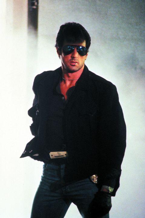 """Bei der Verbrecherjagd kennt er keine Grenzen: Marion """"Cobra"""" Cobretti (Sylvester Stallone) ... - Bildquelle: 1986 Warner Bros. Entertainment Inc."""