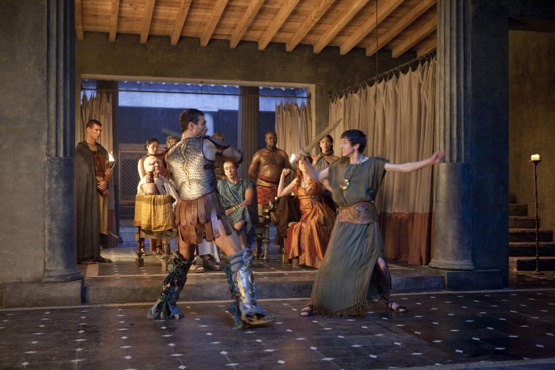 Spartakus (Andy Whitfield, l.) hat dem Jungen Numerius (Lliam Powell, r.) versprochen, ihm Unterricht an den Waffen zu geben ... - Bildquelle: 2010 Starz Entertainment, LLC