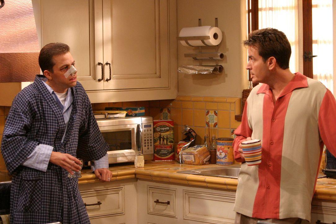 Alan (Jon Cryer, l.), der Charlie (Charlie Sheen, r.) eindringlich vor den Fußballermüttern gewarnt hat, merkt nicht, dass diese ihn selbst schon... - Bildquelle: Warner Brothers Entertainment Inc.
