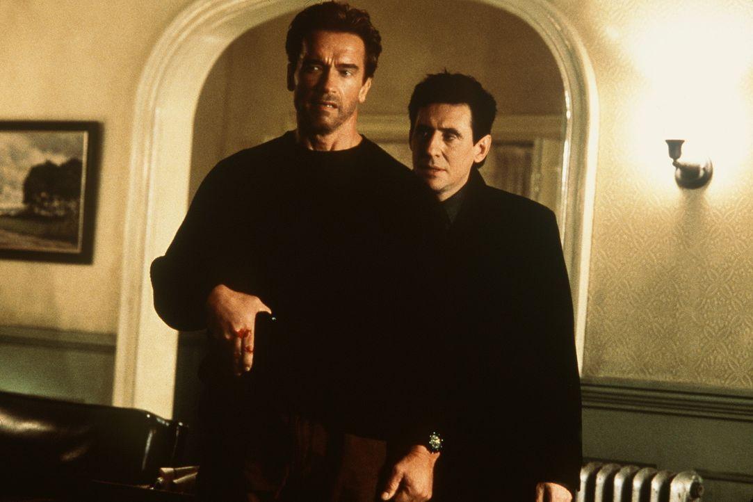Der heruntergekommene Ex-Cop Jericho Cane (Arnold Schwarzenegger, l.) schlägt sich mit Security-Jobs durch. Da rettet er einem Klienten (Gabriel By...